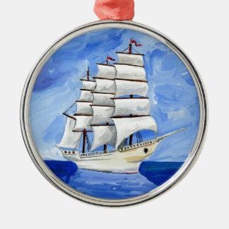 Adorno Metálico velero blanco en el mar azul
