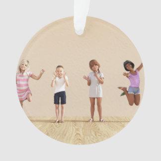 Adorno Niños felices en un centro del cuidado de día o de