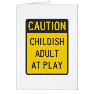 Adulto infantil de la precaución en el juego tarjetón