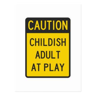 Adulto infantil de la precaución en el juego postales