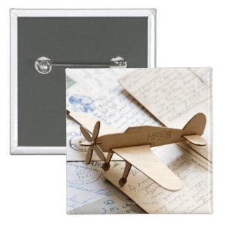 Aeroplano de Carboard en las postales Pins