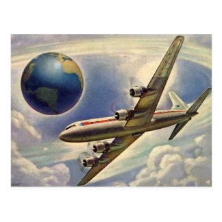 Aeroplano del vintage que vuela en todo el mundo postal