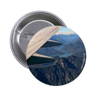 Aeroplano que vuela sobre las montañas rocosas pin