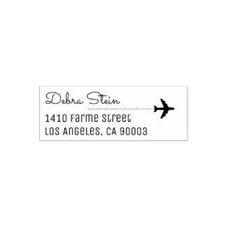 aeroplano y nombre del viaje, simple y claro sello automático