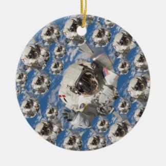 agitar-astronauta-botón adorno navideño redondo de cerámica