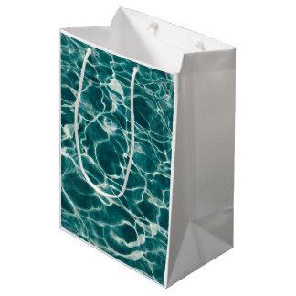 Agua de ondulación ondulada azul clara del fuego bolsa de regalo mediana