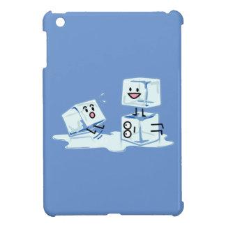 agua helada del cubo de los cubos de hielo que