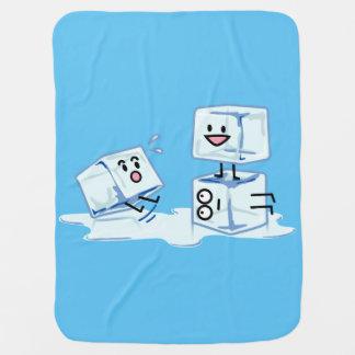 agua helada del cubo de los cubos de hielo que mantita para bebé