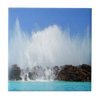 Agua que golpea rocas en las islas Canarias Azulejo De Cerámica