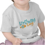 Aguamarina linda y muchacho anaranjado del cumplea camisetas