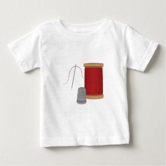 Aguja e hilo camiseta de bebé