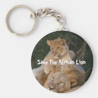 Ahorre el león africano llavero redondo tipo chapa