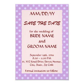 Ahorre la fecha - lunares violetas, fondo rosado invitación 8,9 x 12,7 cm