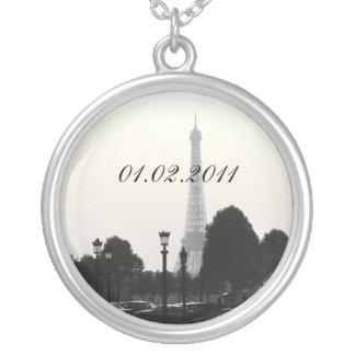 Ahorre la torre Eiffel pendiente B&W de París de l