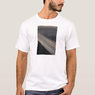 Airplane flying in sky wing in flight photo camiseta