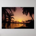 Ajuste de Sun en la bahía de Anaeho'omalu, isla gr Poster
