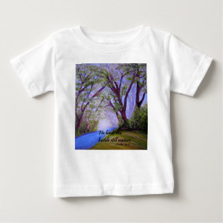 Al lado de las aguas inmóviles camiseta de bebé