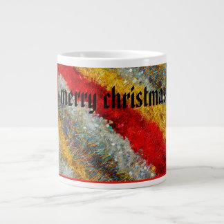 alambres brillantes del navidad en la taza enorme