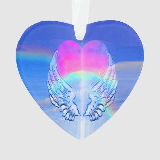 Alas del ángel envueltas alrededor de un corazón