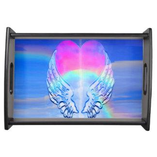 Alas del ángel envueltas alrededor de un corazón bandeja