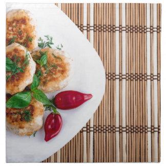 Albóndigas fritas del pollo picadito con la servilleta de tela