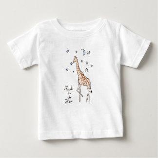 alcance de la jirafa para la estrella camiseta de bebé
