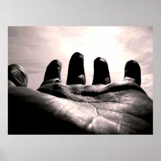 Alcance hacia fuera el espiritual de la mano por a impresiones