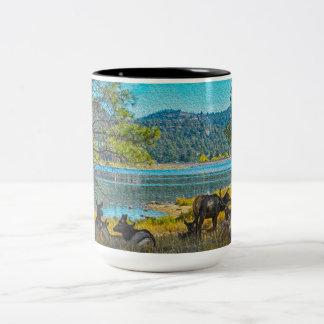 Alces por el lago taza de café de dos colores