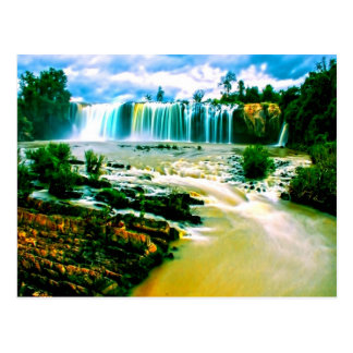 alegría y movimiento de la paz de la cascada postal