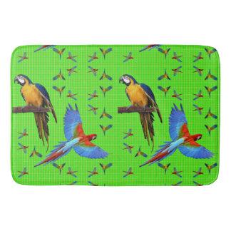 Alfombrilla De Baño Azul del escarlata de los loros y Macaw coloridos