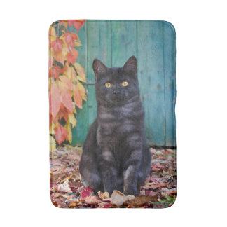 Alfombrilla De Baño El gatito lindo del gato negro con rojo sale de la