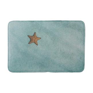Alfombrilla De Baño Estrella de mar en la arena, pescado de la