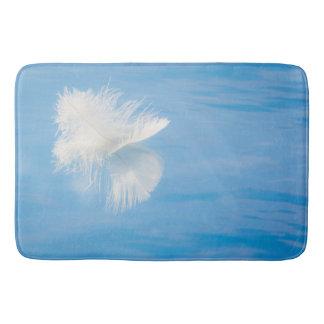 Alfombrilla De Baño La pluma blanca refleja en el agua el | Seabeck,