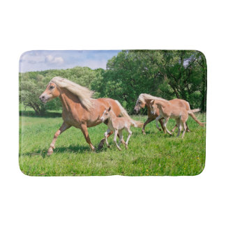 Alfombrilla De Baño Los caballos de Haflinger con los potros lindos