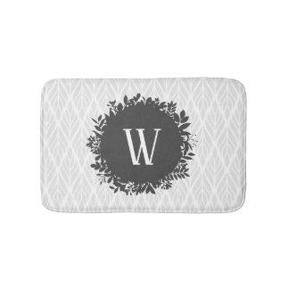 Alfombrilla De Baño Monograma frondoso gris claro y blanco del modelo