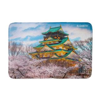 Alfombrilla De Baño Pagoda y Sakura japoneses del jardín en Osaka,