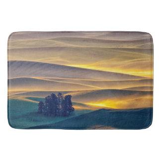 Alfombrilla De Baño Rolling Hills del trigo en la salida del sol el |