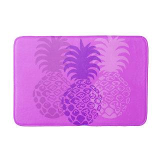 Alfombrilla De Baño Tropical hawaiano de la piña de Momona - violeta