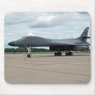Alfombrilla De Ratón Bombardero del lancero de B-1B en la tierra