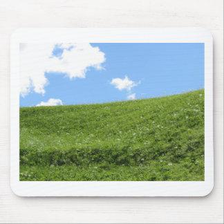 Alfombrilla De Ratón Campo herboso en la colina del balanceo contra el
