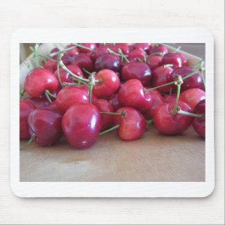 Alfombrilla De Ratón Cerezas maduras rojas en la bandeja de madera