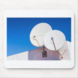 Alfombrilla De Ratón Dos antenas parabólicas blancas en la pared de la