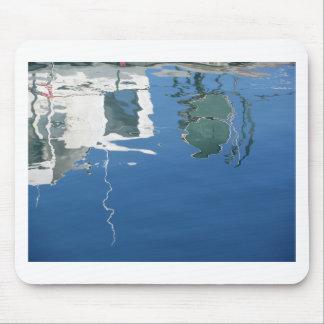Alfombrilla De Ratón El barco de pesca refleja en el agua