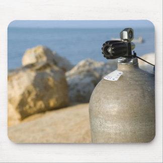 Alfombrilla De Ratón El tanque del buceo con escafandra en la playa