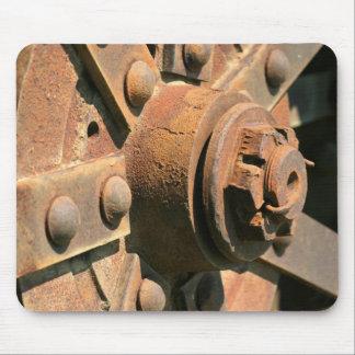 Alfombrilla De Ratón Foto del eje y del árbol viejos oxidados de rueda