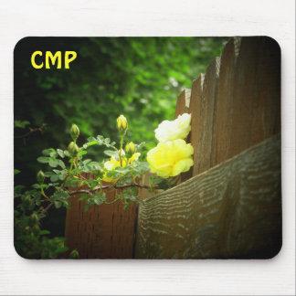 Alfombrilla De Ratón La cerca de madera y el rosa amarillo cercan sus