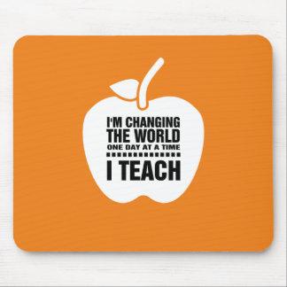 Alfombrilla De Ratón La cita de enseñanza el   Apple diseña el regalo