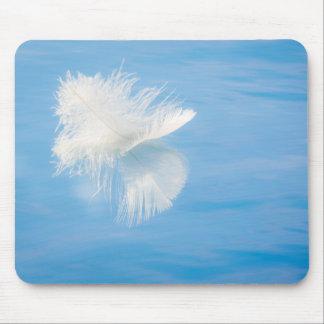 Alfombrilla De Ratón La pluma blanca refleja en el agua el | Seabeck,