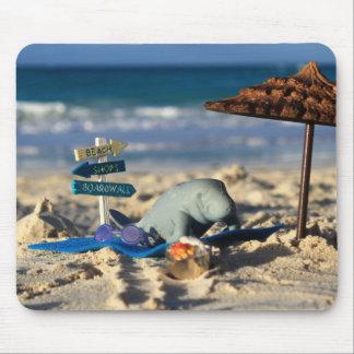 Alfombrilla De Ratón Manfred el Manatee en la playa