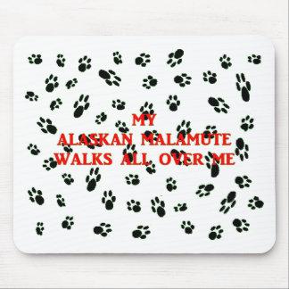 Alfombrilla De Ratón mi malamute de Alaska camina en mí